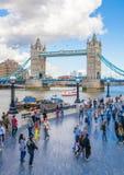塔桥梁和泰晤士河南银行步行 免版税库存图片