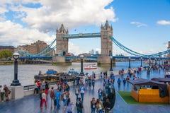 塔桥梁和泰晤士河南银行步行 库存照片