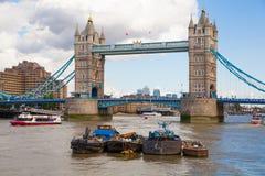 塔桥梁和泰晤士河南银行步行 免版税库存照片