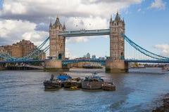 塔桥梁和泰晤士河南银行步行 图库摄影