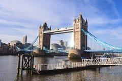 塔桥梁和泰晤士河在晴天,伦敦英国 免版税库存照片