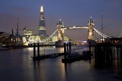 塔桥梁和碎片在伦敦在晚上照亮了 库存图片