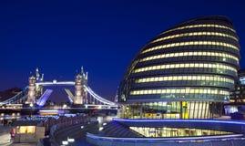 塔桥梁和香港大会堂在伦敦 免版税库存图片