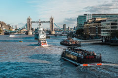 塔桥梁和Hms贝尔法斯特军舰在伦敦 免版税图库摄影