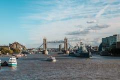 塔桥梁和Hms贝尔法斯特军舰在伦敦 免版税库存照片