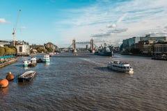 塔桥梁和Hms贝尔法斯特军舰在伦敦 免版税库存图片