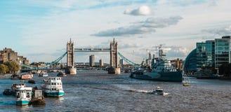 塔桥梁和Hms贝尔法斯特军舰在伦敦 库存图片