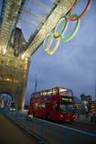 塔桥梁在与奥林匹克圆环的晚上在伦敦 免版税库存图片