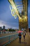 塔桥梁在与奥林匹克圆环的晚上在伦敦 库存图片