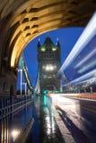 塔桥梁在伦敦在与公共汽车迷离的一个12月早晨 库存图片
