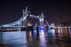 塔桥梁在伦敦在晚上照亮了 库存照片