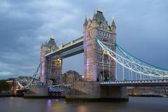 塔桥梁在伦敦在晚上照亮了 免版税库存图片
