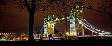 塔桥梁在伦敦在晚上照亮了 图库摄影