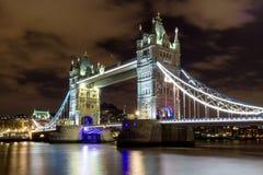 塔桥梁在伦敦在晚上照亮了 免版税库存照片
