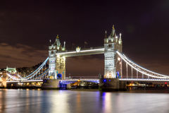塔桥梁在伦敦在晚上照亮了 免版税图库摄影