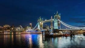塔桥梁在伦敦在晚上,英国照亮了 免版税库存图片