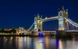 塔桥梁在伦敦在晚上,英国,英国 库存照片