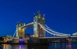 塔桥梁在伦敦在晚上,英国,英国 图库摄影