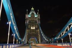 塔桥梁在伦敦在晚上 库存照片