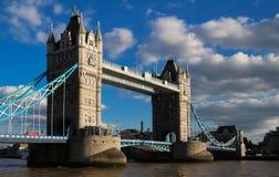 塔桥梁在伦敦晴天,英国,英国 免版税库存照片