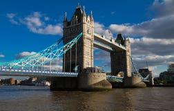 塔桥梁在伦敦晴天,英国,英国 免版税库存图片