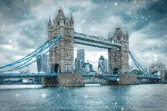 塔桥梁在伦敦,在暴风雪期间 图库摄影