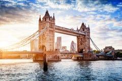 塔桥梁在伦敦,日落的英国 吊桥开头 库存照片