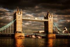 塔桥梁在伦敦,英国 剧烈的风雨如磐和多雨云彩 免版税库存图片