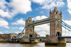 塔桥梁在伦敦,英国 美好的云彩日落 博士 免版税库存照片