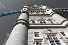 塔桥梁在伦敦-塔前面从下面 库存图片