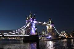 塔桥梁在夜泰晤士河伦敦英国英国之前 免版税库存图片