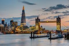 塔桥梁在日落以后的伦敦 免版税库存照片