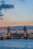 塔桥梁在日落的伦敦 库存图片
