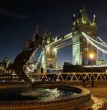 塔桥梁在晚上之前 库存图片