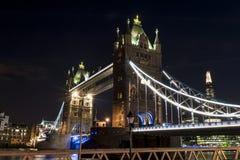 塔桥梁在晚上之前 免版税库存图片
