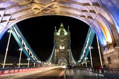 塔桥梁在晚上之前 免版税库存照片