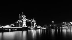 塔桥梁在晚上在伦敦 免版税图库摄影