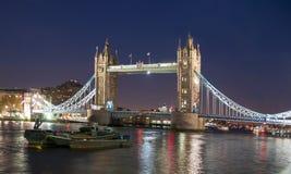 塔桥梁在晚上,伦敦,大英国 免版税库存照片