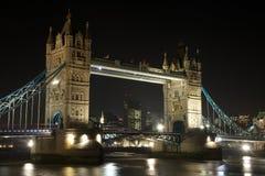 塔桥梁在晚上,伦敦,英国 库存照片