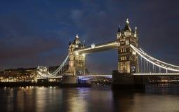 塔桥梁在晚上,伦敦 库存图片