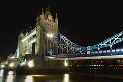 塔桥梁在晚上: 在旁边透视图,伦敦 免版税库存图片