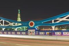 塔桥梁在晚上: 框架,伦敦详细资料  图库摄影