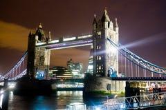 塔桥梁在晚上-伦敦 免版税库存图片