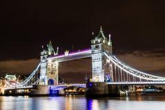 塔桥梁在晚上 免版税库存图片