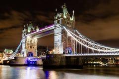 塔桥梁在晚上 库存照片