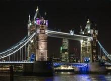 塔桥梁在晚上 库存图片