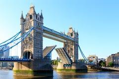 塔桥梁在有开放的吊桥的伦敦 免版税库存图片