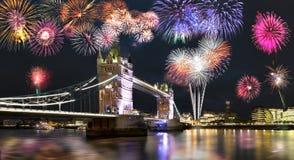 塔桥梁在有烟花的伦敦 图库摄影