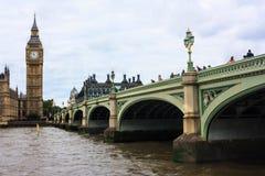塔桥梁在泰晤士河和大本钟的伦敦 图库摄影