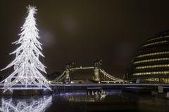 塔桥梁在黄昏期间的伦敦在与圣诞树的12月 免版税库存照片